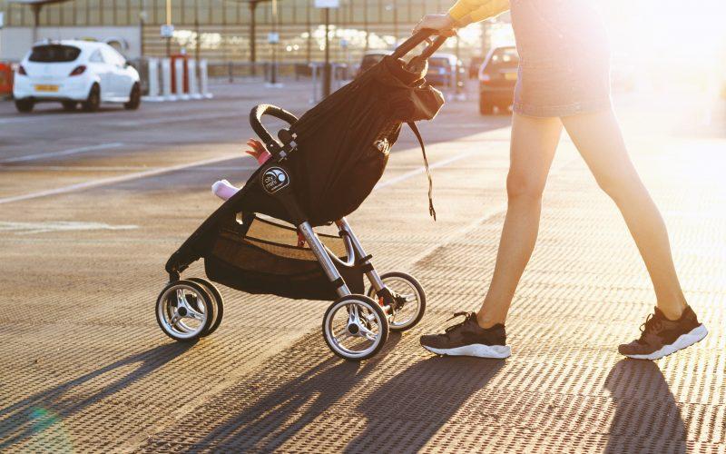 Procházka prospěje vám i dítěti.