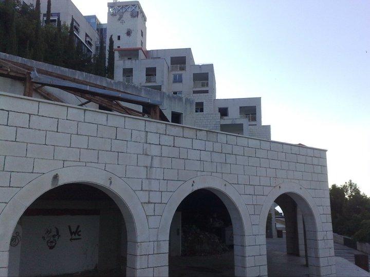 Hotel je postaven na celém úbočí skály. Disponoval stovkami pokojů.  Fotka od: Redakce.