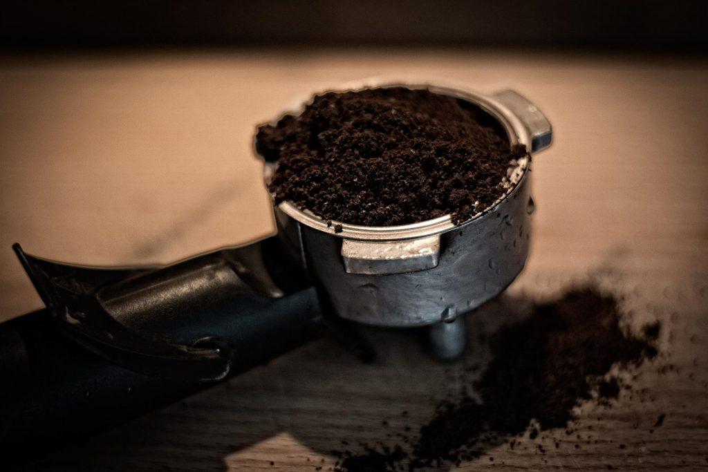 Kávovou sedlinu použijte jako absorbent pachu v lednici.  Fotka od Michal Jarmoluk z Pixabay.