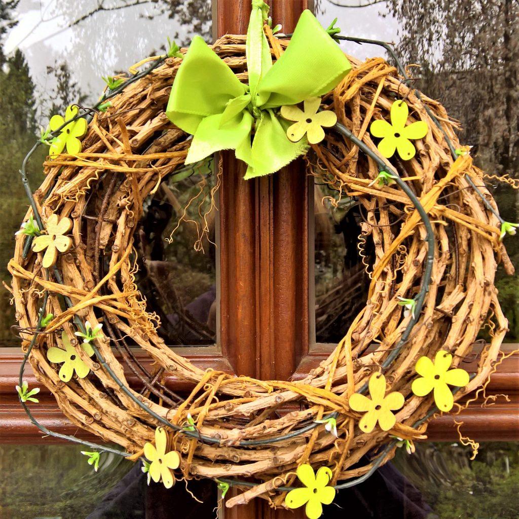 Jarní věnec z větviček.  Fotka od Monika Schröder z Pixabay.