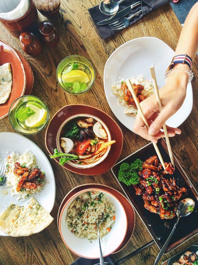 Vědomě můžete také jíst. Bez telefonu, televize.  Fotka od Karrie Zhu z  Pixabay.