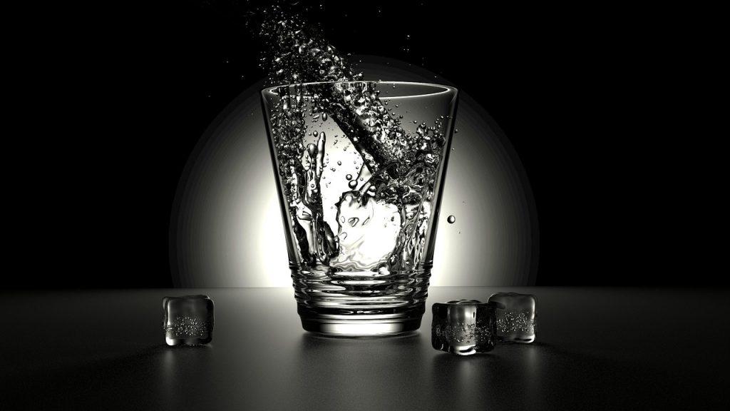 Ani s pitným režimem není dobré to přehánět.  Fotka od Zaccaria Boschetti z Pixabay.