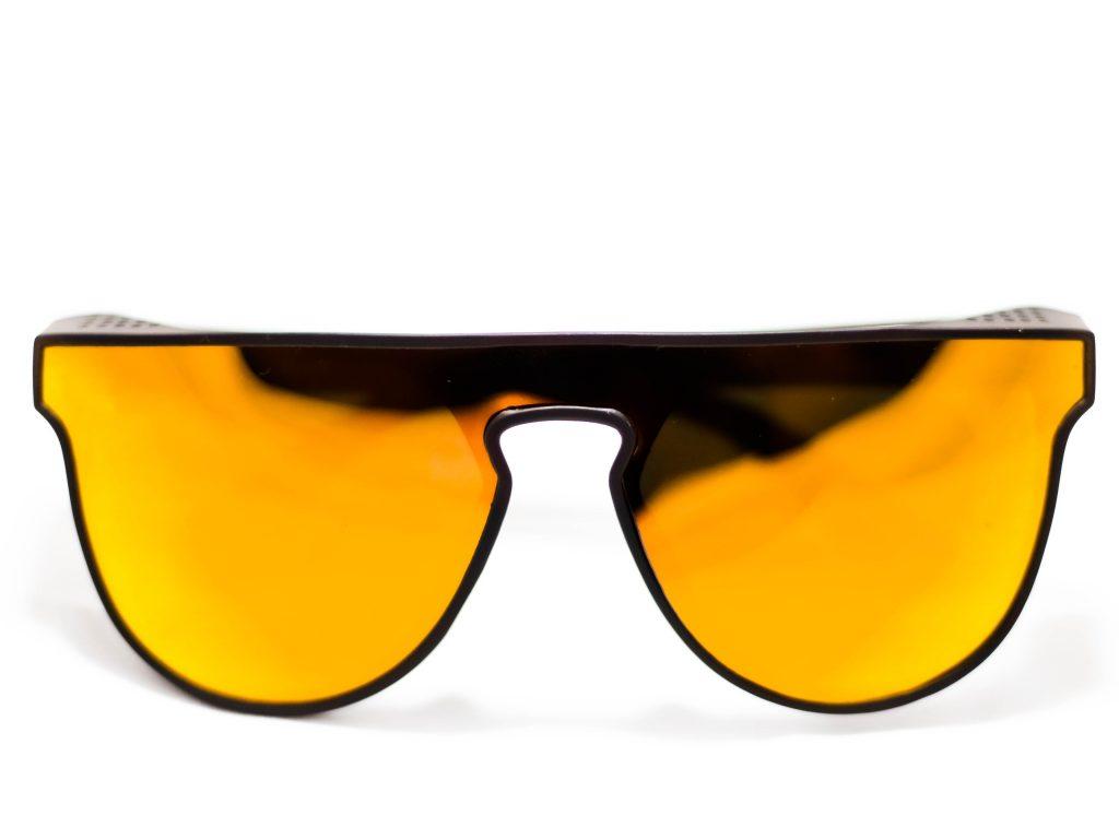 Spojené brýle budou letos trendy.  Fotka od wilson montoya z Unsplash.