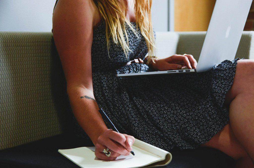 Dlouhé sezení není pro naše tělo dobré. Fotka od StartupStockPhotos z Pixabay.