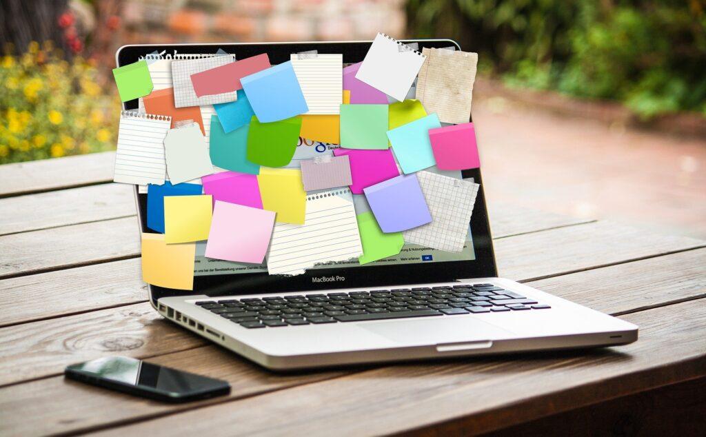 Hlídejte si, zda máte všechny potřebné formuláře. Nesmíte na ně zapomenout.  Fotka od Gerd Altmann z Pixabay.