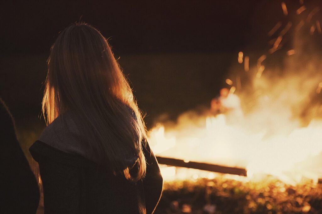 Udělali jsme si oheň. Fotka od Free-Photos z Pixabay.